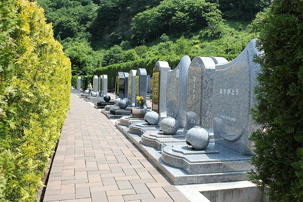 上田市公園墓地 エンゼルパークのコンパクトでモダンな区画『カンナの小径』。伝統的な墓石、洋型墓石のどちらでも調和する区画。