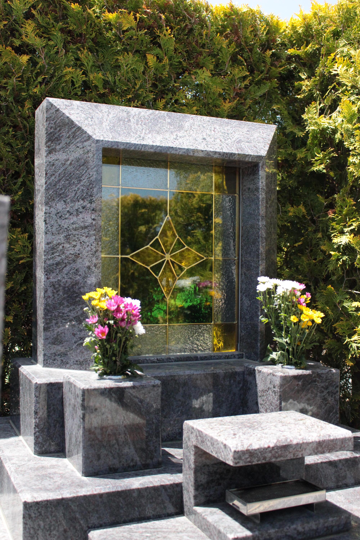 ステンドグラスを使った墓石