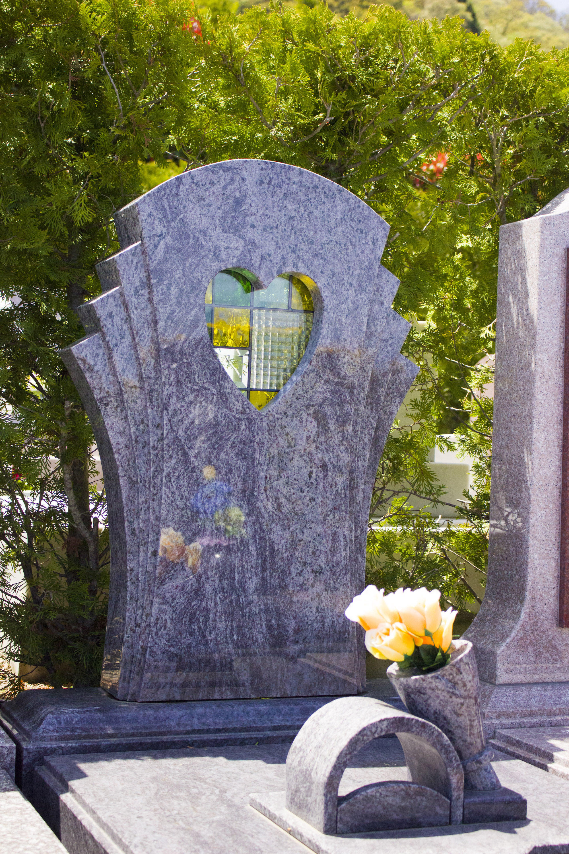 ハート型のステンドグラスを配置した墓石