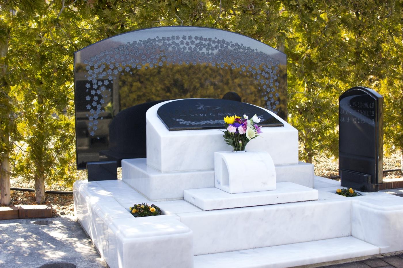 大理石。デザインされた墓石
