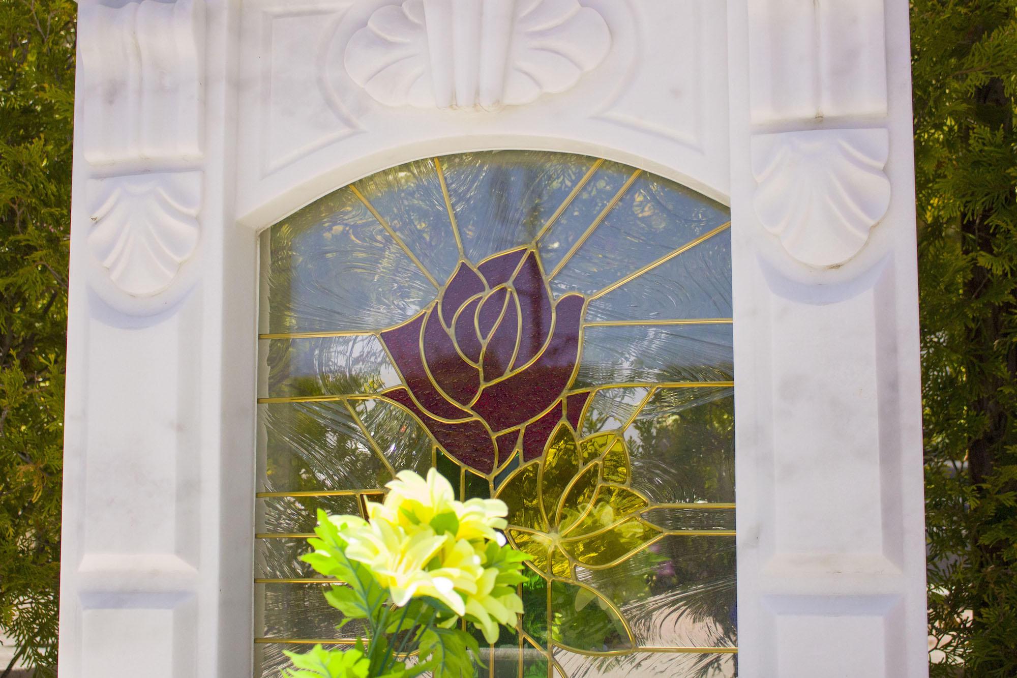 ステンドグラスと大理石墓石