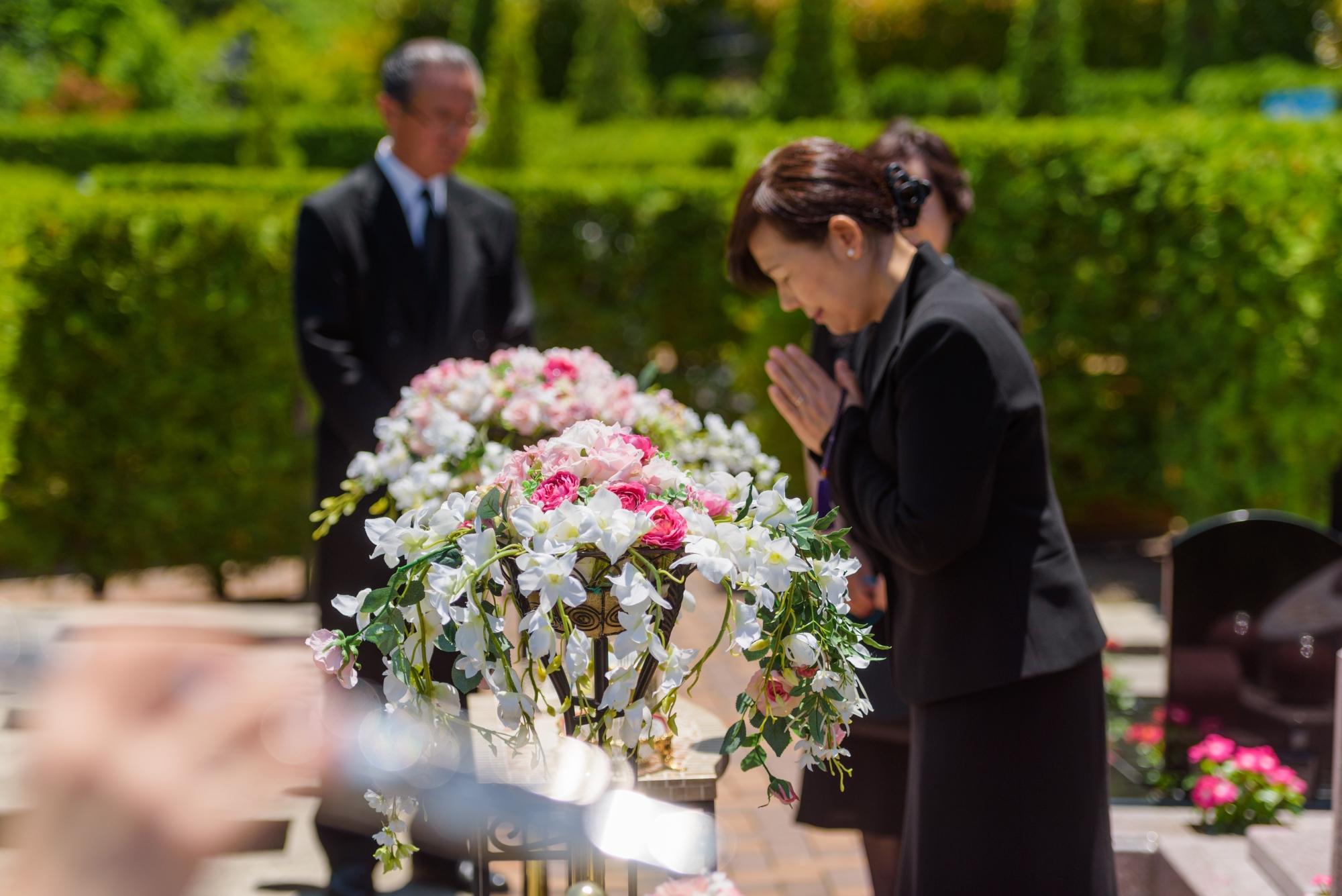 フラワースタンド・生花で墓前を彩るご納骨法要プラン