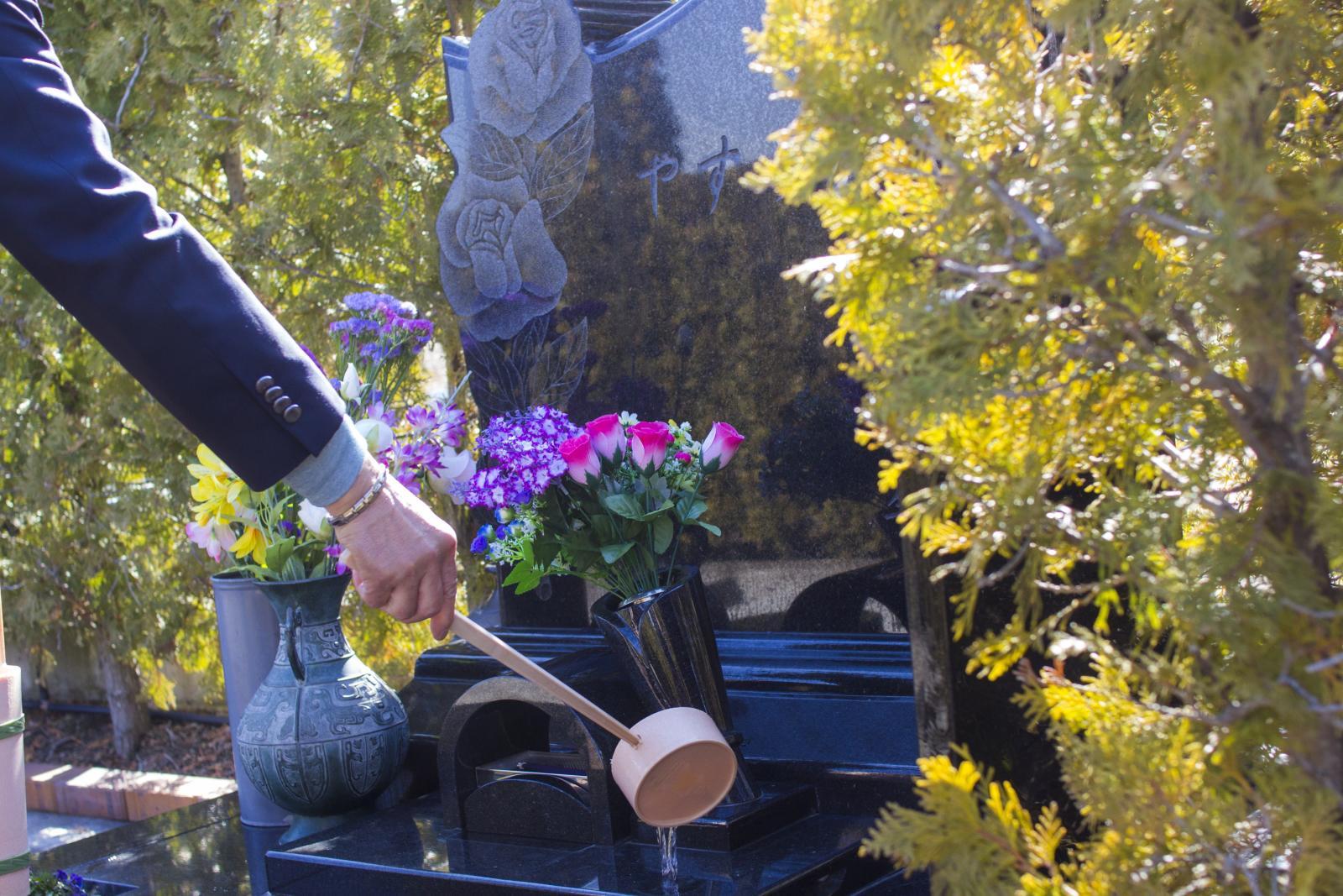 家族墓にお花をお供えする会員様